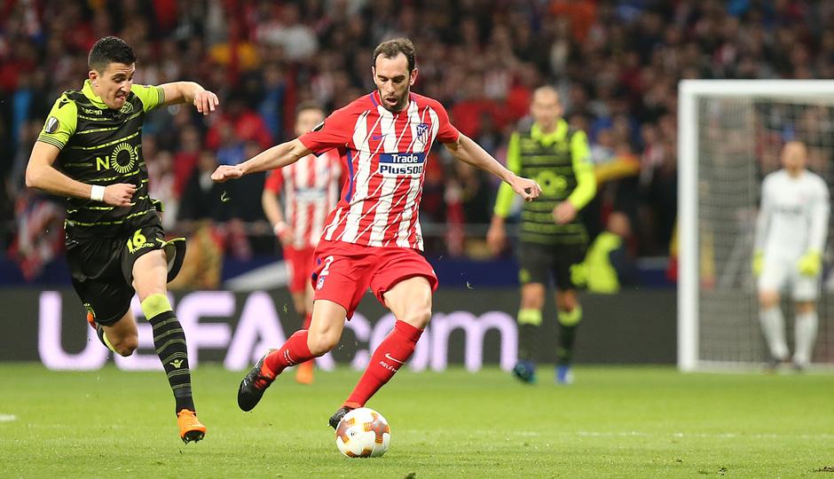 temporada 17/18. Partido Wanda Metropolitano. Atlético Sporting Portugal. Uefa Europa League. Godin durante el partido