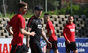 temporada 17/18. Entrenamiento en la ciudad deportiva Wanda. Simeone realizando ejercicios  durante el entrenamiento