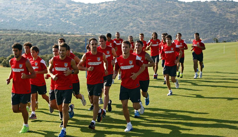 Temporada 13/14. Entrenamiento. Equipo entrenando en los Ángeles de San Rafael, equipo corriendo en el campo de golf