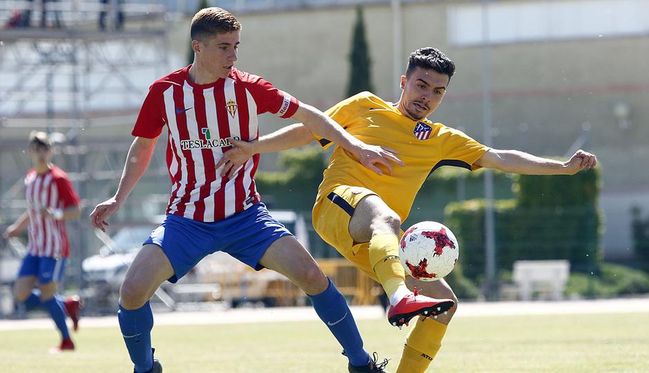Joaquín, que fue un peligro constante para el Sporting, lucha con un rival por el esférico