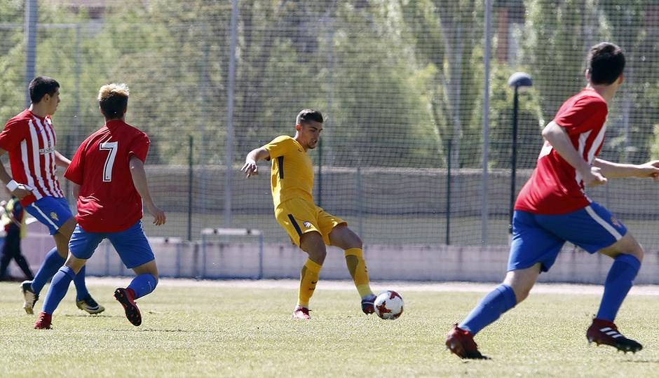 Montero despeja el balón ante la presencia de varios jugadores rivales