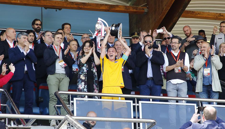 Temp. 17-18 | Copa de Campeones | Sporting de Gijón-Atlético de Madrid Juvenil A | Mikel levanta la copa