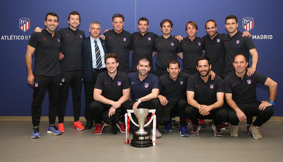 Temp. 17-18   Juvenil A en el Wanda Metropolitano con la Copa de Campeones   Cuerpo técnico