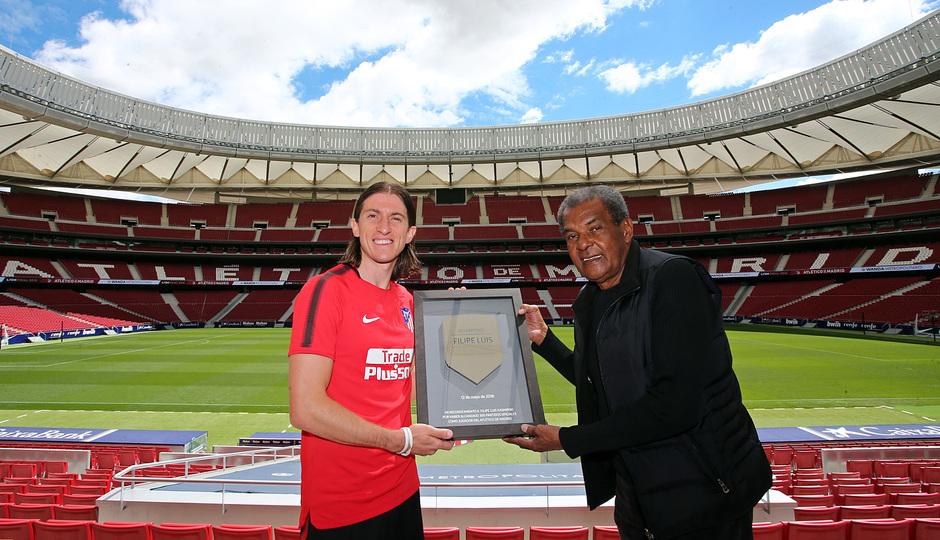 temporada 17/18. Acto entrega placa 300 partidos Filipe Luis. Luiz Pereira