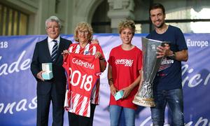 Temp. 17-18 | Recibimiento en el Ayuntamiento de Madrid | Cerezo, Amanda y Gabi posan con la alcadesa