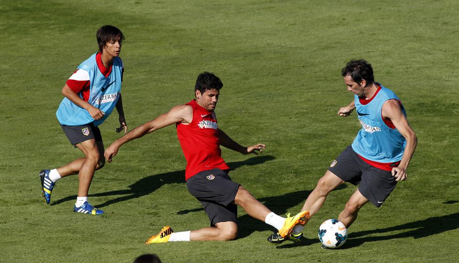 TEMPORADA 2013/14. Entrenamiento. Diego Costa intenta quitar el balón a Godín