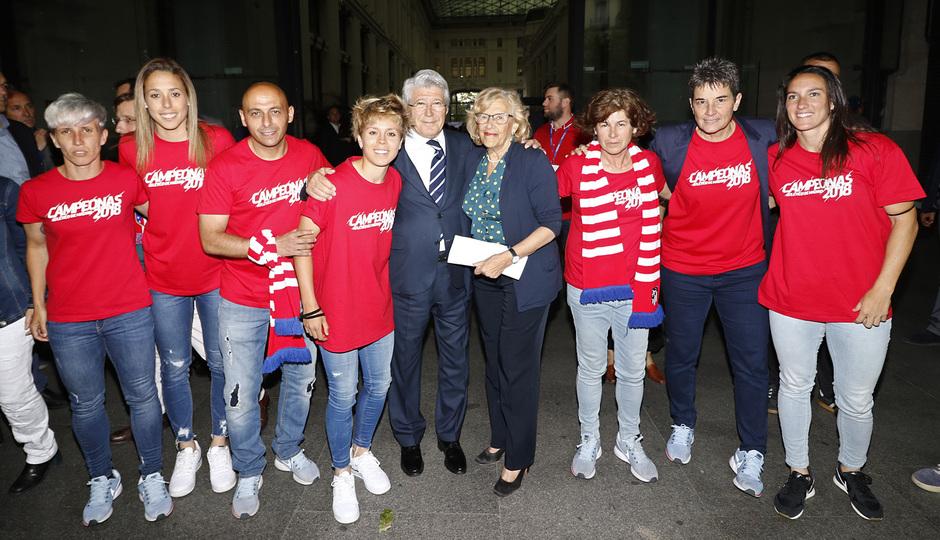 Temp. 17-18 | Recibimiento en el Ayuntamiento de Madrid | femenino con Cerezo, Lola y la alcadesa