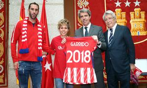 Temp 17/18 | Atlético de Madrid y Atlético de Madrid Femenino | 18-05-18 | Diego Godín, Amanda Sampedro y Enrique Cerezo en el Ayuntamiento de la Comunidad de Madrid