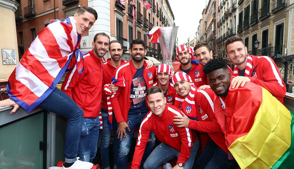 Temp 17/18 | Atlético de Madrid y Atlético de Madrid Femenino | 18-05-18 | Equipo con la copa de la Europa League