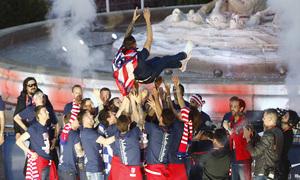Temp 17/18 | Atlético de Madrid y Atlético de Madrid Femenino | 18-05-18 | Fernando Torres manteado por sus compañeros