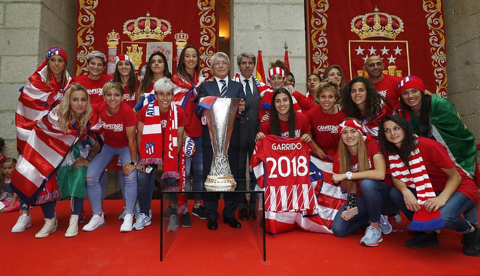 Temp 17/18 | Atlético de Madrid y Atlético de Madrid Femenino | 18-05-18 | Neptuno | Enrique Cerezo y el Femenino.