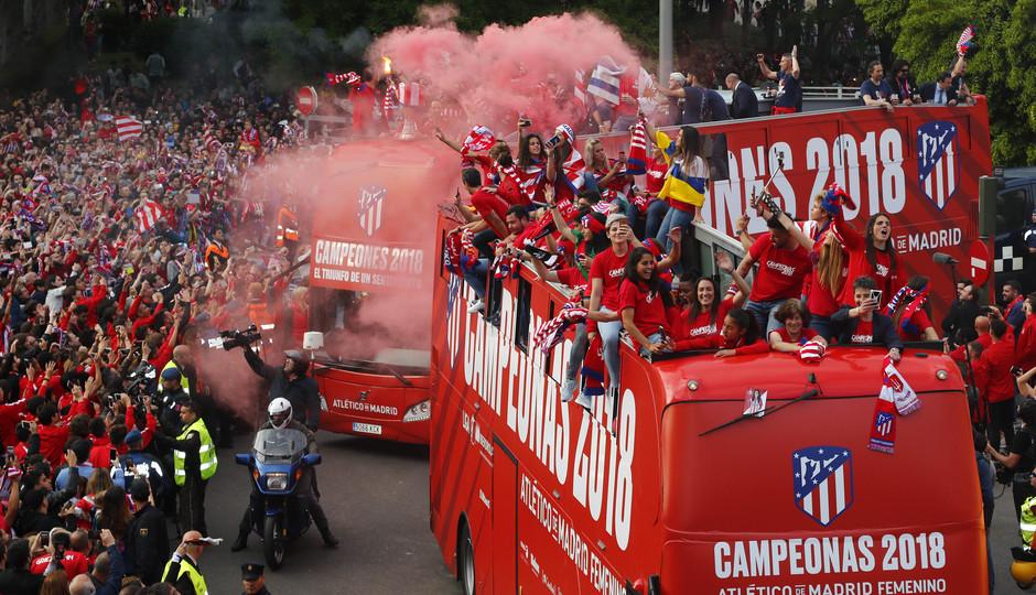 Temp 17/18 | Atlético de Madrid y Atlético de Madrid Femenino | 18-05-18 | Autobus Femenino en Neptuno