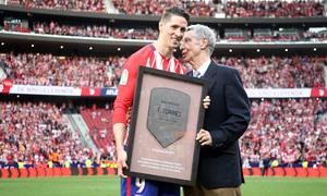 Temp. 17-18 | Atlético de Madrid - Eibar | Homenaje a Torres | Gárate entrega a Torres la placa de 404 partidos