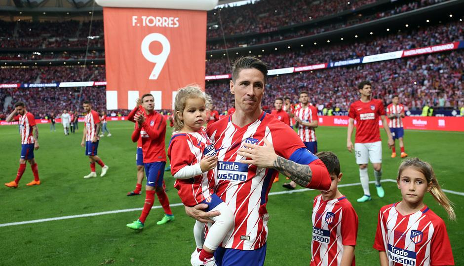 Temp. 17-18 | Atlético de Madrid - Eibar | Homenaje a Torres | Torres saludando a la afición