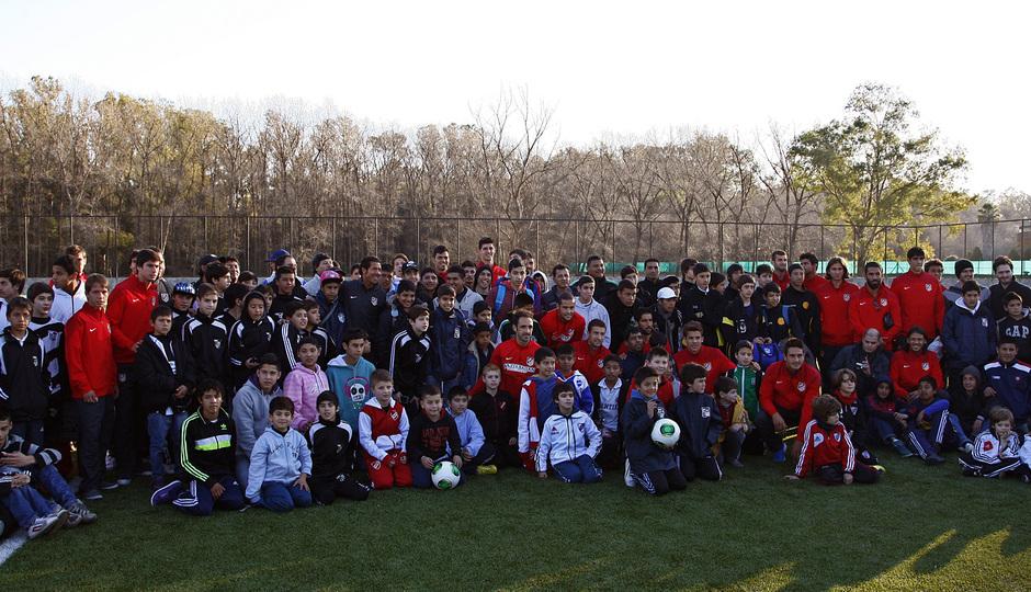 Temporada 13/14. Gira. Argentina. Los jugadores posan con unos jóvenes antes de un clinic