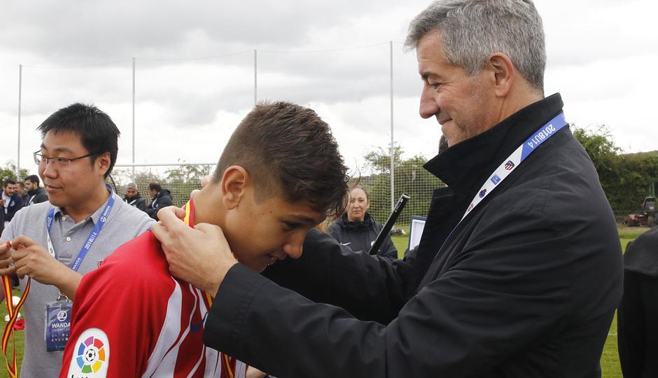 Wanda Football Cup | Entrega de trofeos | Miguel Ángel Gil entregando las medallas al Infantil A