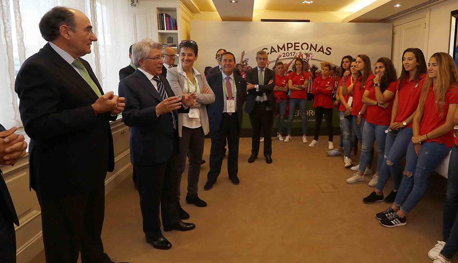 Visita del Atlético Femenino a la sede de Iberdrola | Enrique Cerezo dedicó unas palabras a las jugadoras