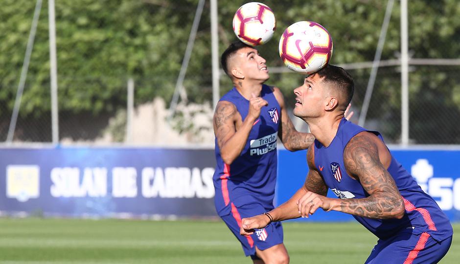 temporada 18/19. Entrenamiento en la ciudad deportiva Wanda. Correa y Vitolo durante el entrenamiento