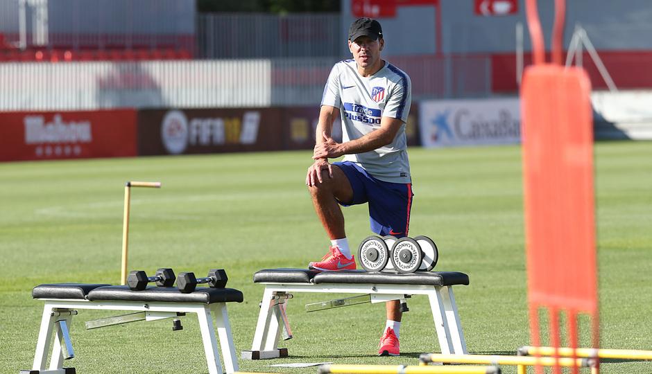 temporada 18/19. Entrenamiento en la ciudad deportiva Wanda. Simeone realizando ejercicios durante el entrenamiento