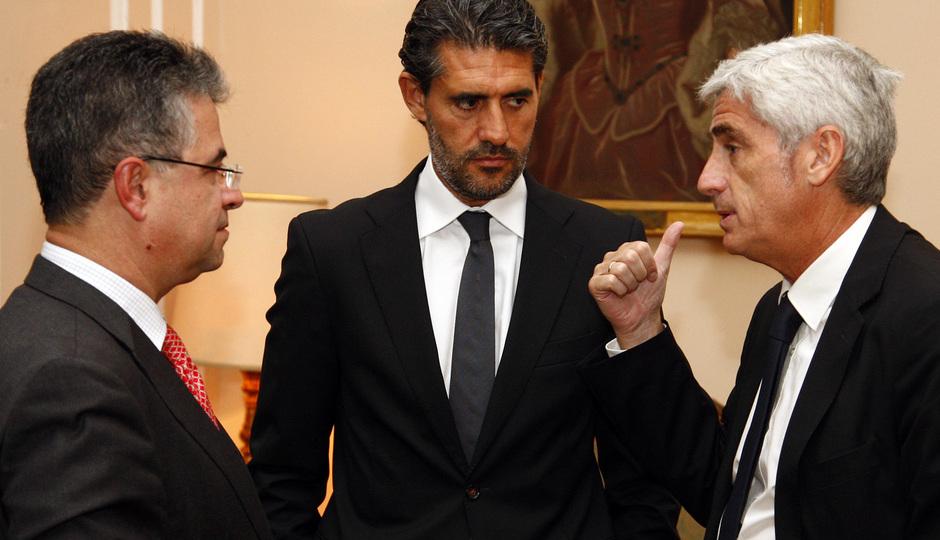 Temporada 13/14. Gira Sudamericana. Visita a la embajada española. embajador saludando a Clemente y Caminero