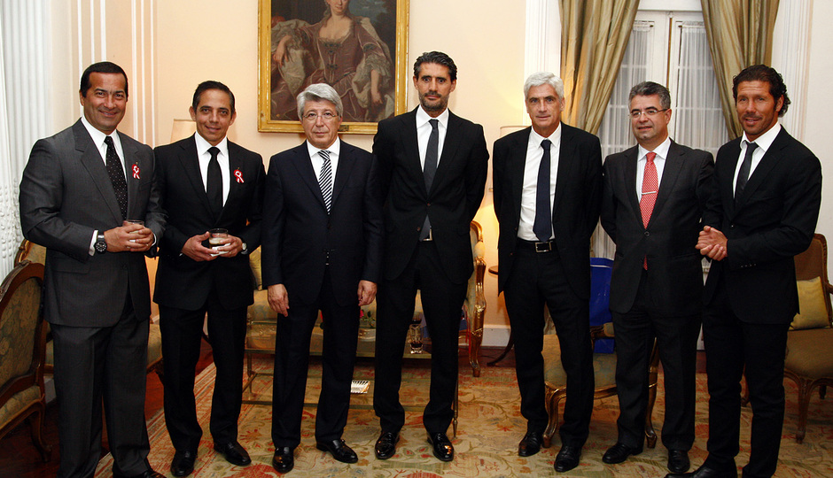 Temporada 13/14. Gira Sudamericana. Visita a la embajada española. embajador psando con comitiva para la foto