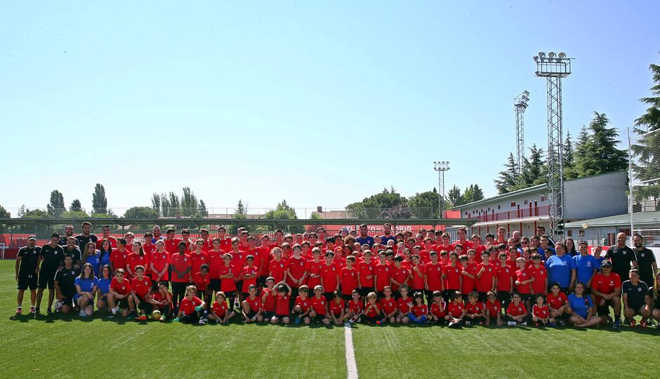 Clinic de verano de la Fundación Atlético de Madrid con varios jugadores