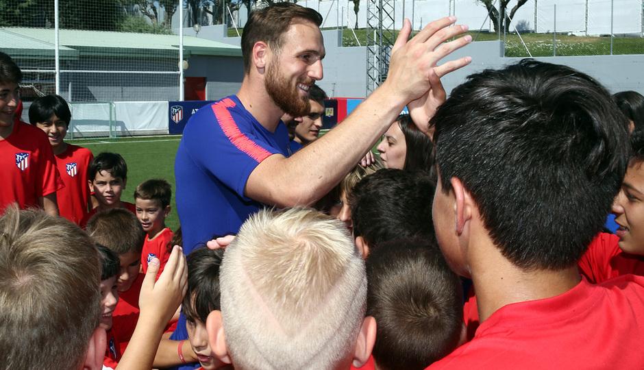 Clinic de verano de la Fundación Atlético de Madrid | Oblak saluda a los niños