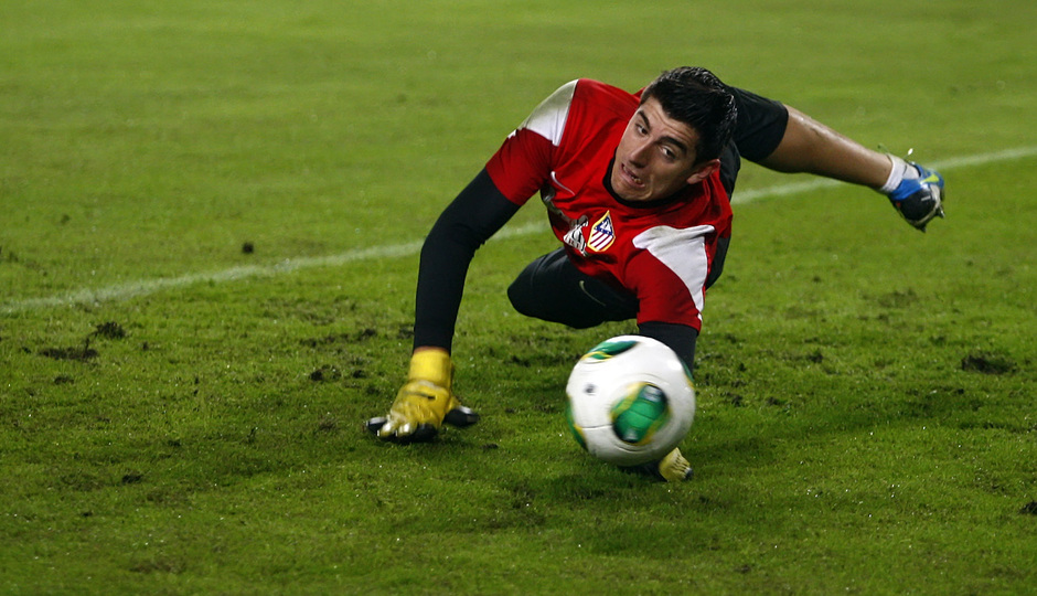 Temporada 13/14. Entrenamiento. Equipo entrenando en el estadio nacional de Lima. Courtois parando un balón