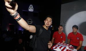 Meet&Greet en Singapur | Olabe y Gameiro se fotografían con un aficionado