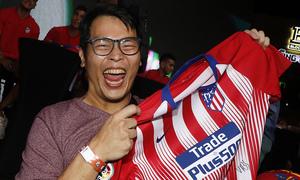 Meet&Greet en Singapur | Un aficionado eufórico tras recibir las firmas de los jugadores