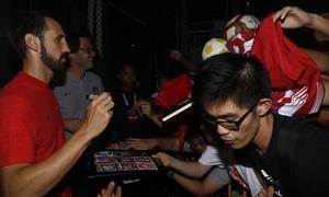 Temporada 18/19 | Entrenamiento en Singapur | Juanfran firmó autógrafos al finalizar el entrenamiento