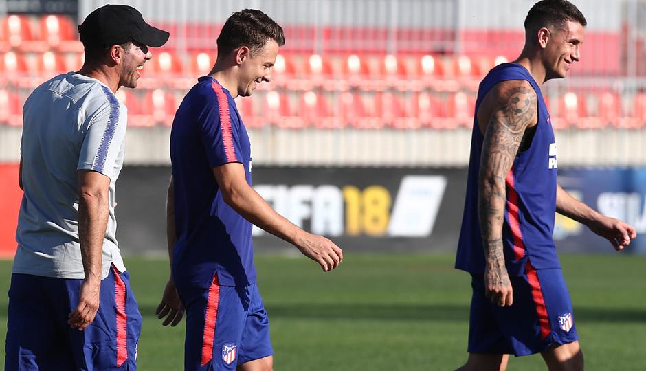 Temp 17/18 | Entrenamiento en la Ciudad Deportiva Wanda. Simeone, Giménez y Santiago Arias