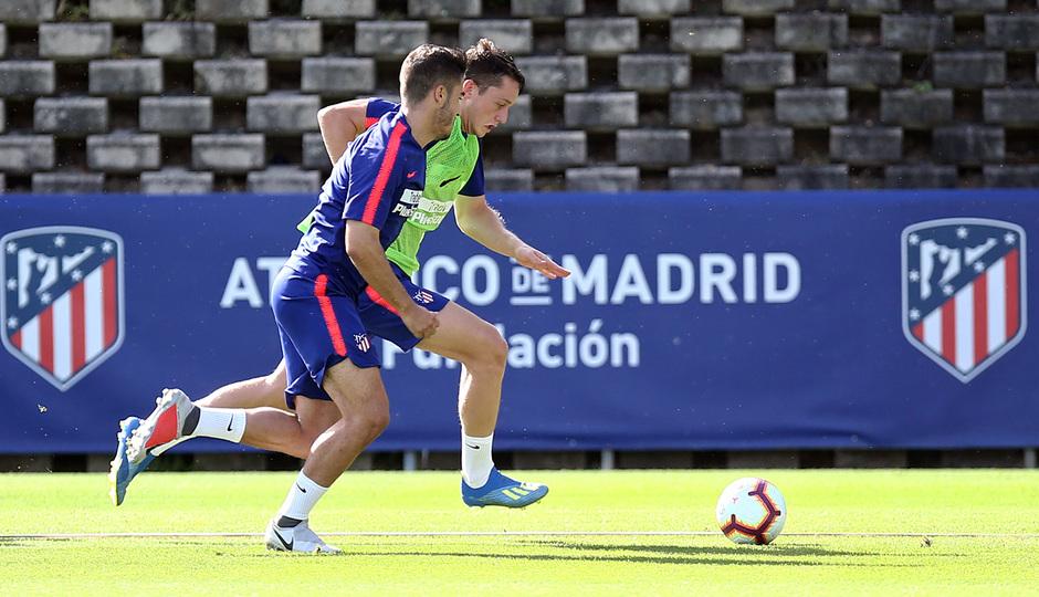 temporada 18/19. Entrenamiento en la ciudad deportiva Wanda. Borja y Toni luchando un balón durante el entrenamiento