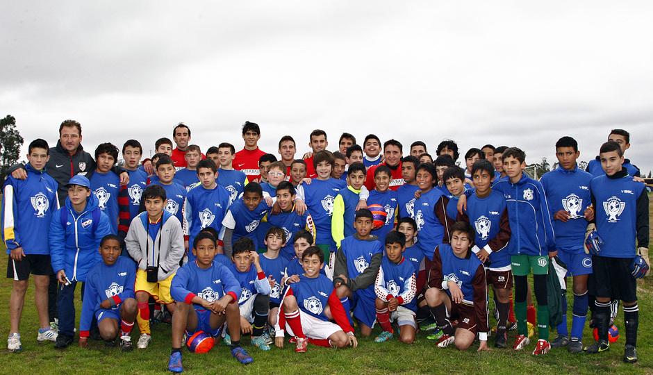 Temporada 13/14. Gira sudamericana. Clinic en Uruguay. Varios jugadores posando con los niños para la foto