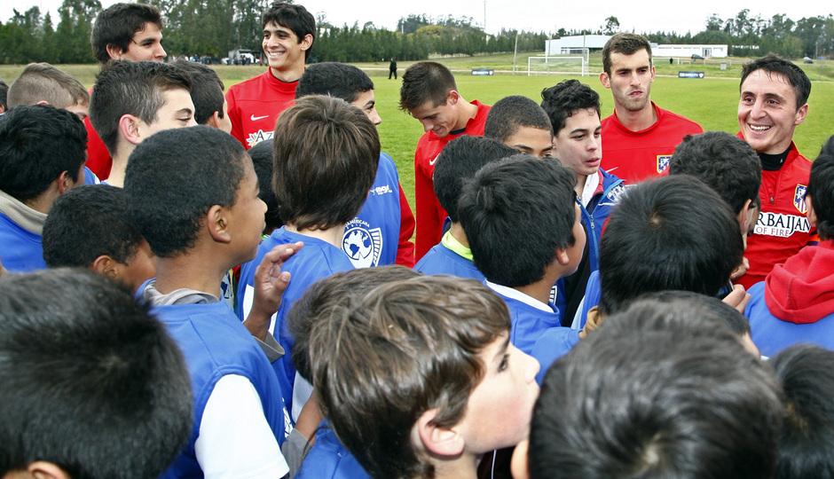 Temporada 13/14. Gira sudamericana. Clinic en Uruguay. Cristian Rodríguez hablando a un grupo de niños