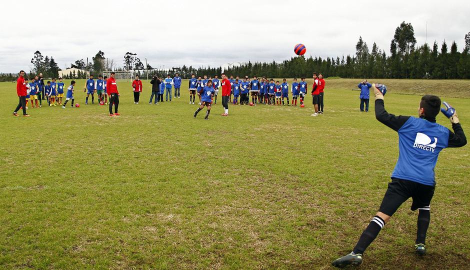 Temporada 13/14. Gira sudamericana. Clinic en Uruguay. Varios jugadores realizan ejercicios con un grupo de niños
