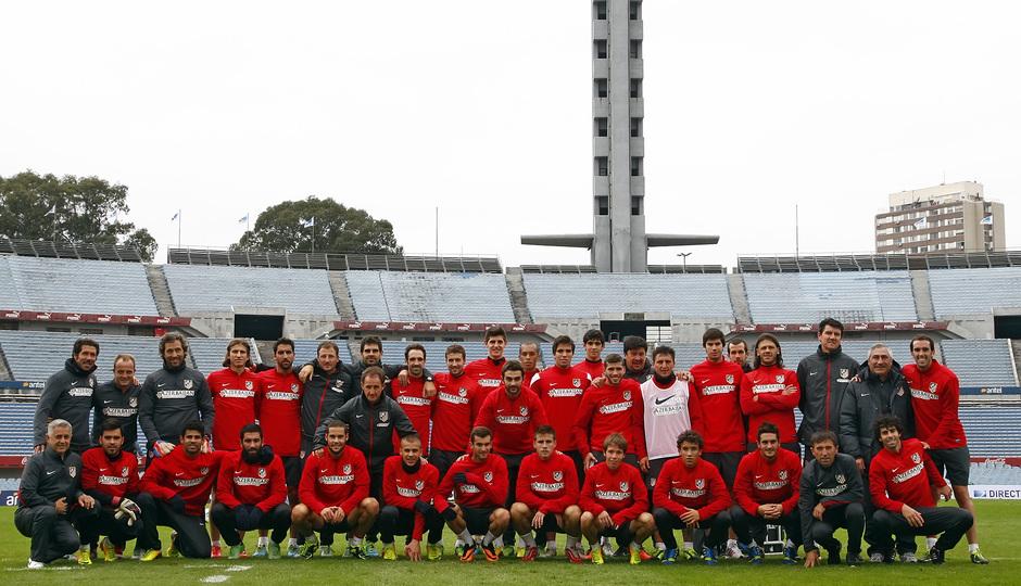 Temporada 12/13. Gira sudamericana. Todo la plantilla posando en el estadio de Nacional en Uruguay