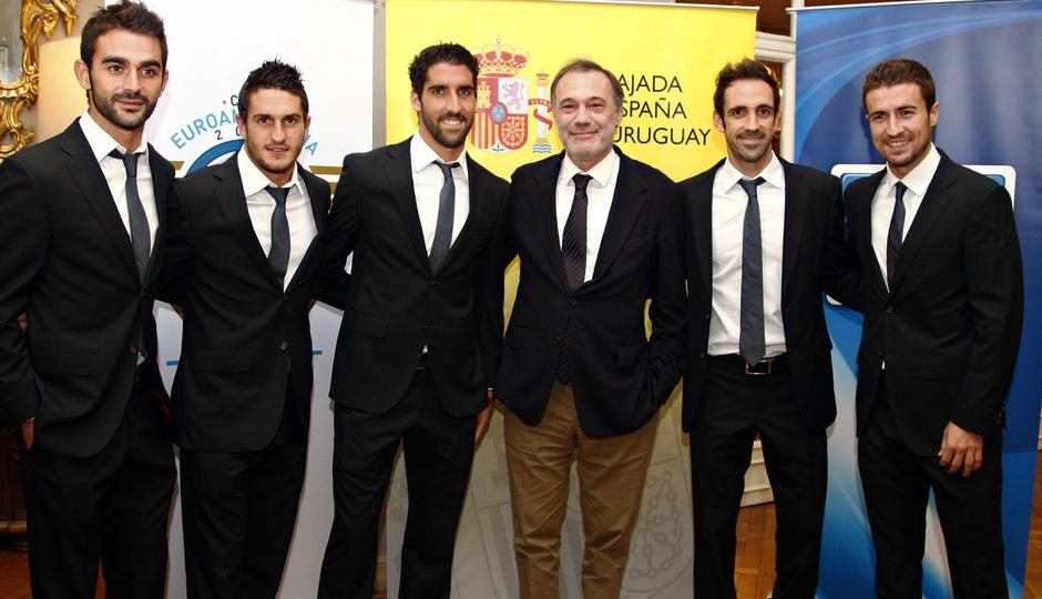 Temporada 12/13. Gira sudamericana. Visita a la embajada de España en Uruguay. Jugadores españoles de la primera plantilla posando con el embajador