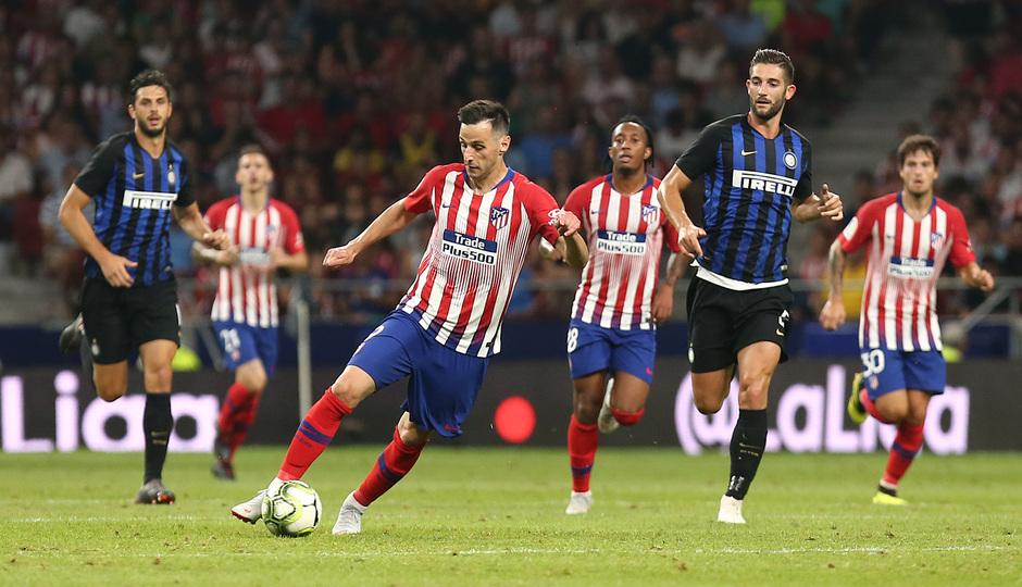 temporada 18/19. Partido Atlético de Madrid Inter de Milán. Internacional Champions Cup. Kalinic con el balón durante el partido