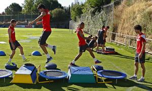 Baptistao, Diego Costa, Miranda y Tiago realizan ejercicios en una de las estaciones de trabajo físico