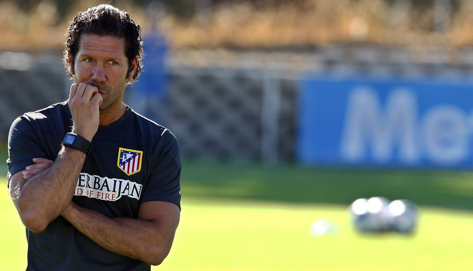Simeone observa cómo realizan el trabajo físico sus jugadores en el entrenamiento en la Ciudad Deportiva