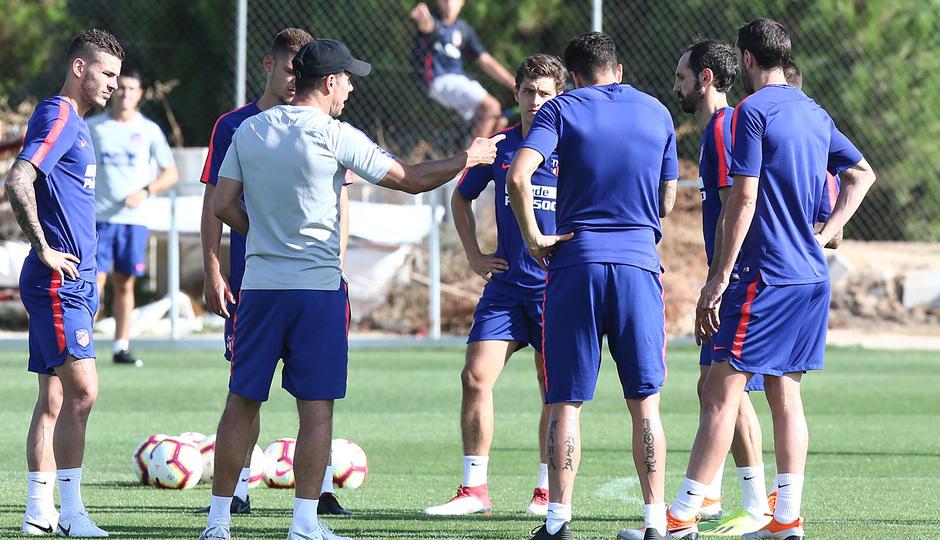 temporada 18/19. Entrenamiento en la ciudad deportiva Wanda. Simeone dando órdenes a los defensas durante el entrenamiento