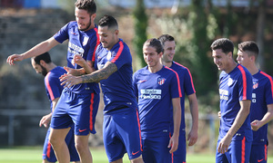 temporada 18/19. Entrenamiento en la ciudad deportiva Wanda. Saúl y Vitolo durante el entrenamiento