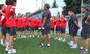 Temporada 2013-2014. Las jugadoras del Féminas B atienden las indicaciones de Ferney
