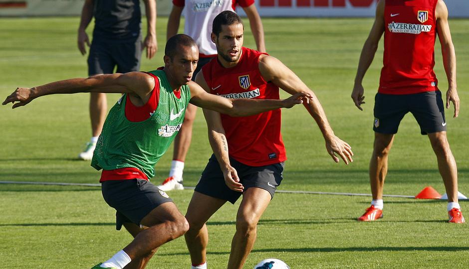 Miranda protege un balón ante Mario Suárez