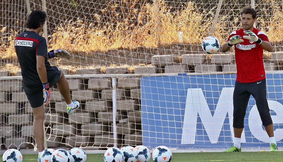Temporada 13/14. Aranzubia en un ejercicio con Pablo Vercellone en su primer entrenamiento con el Atlético en Majadahonda