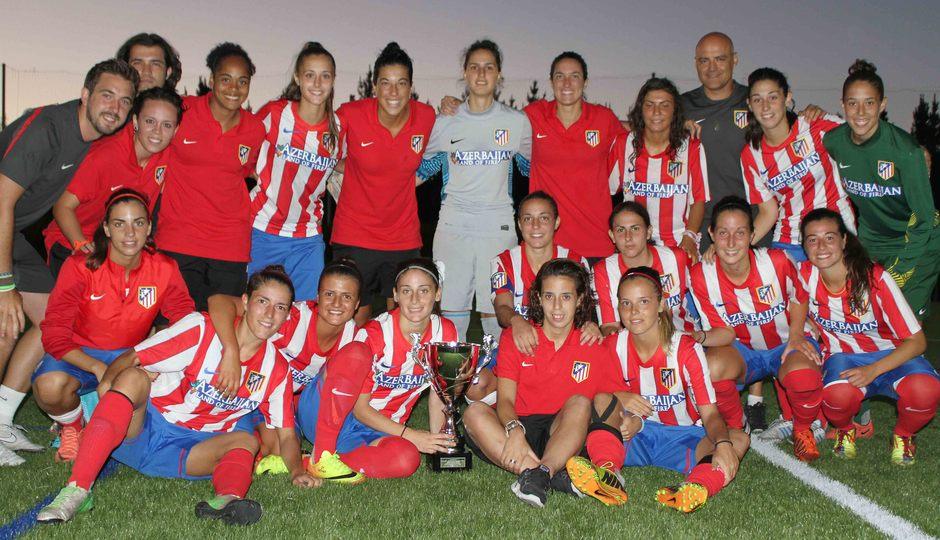 Temporada 2013-2014. Las jugadoras posan con el trofeo de campeonas en Friol