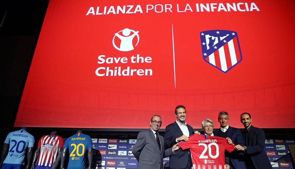 Temp. 18-19 | Acto en el Wanda Metropolitano presentación del acuerdo Save The Children | Foto de familia