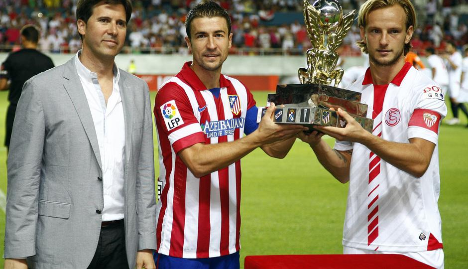 Temporada 13/14 Sevilla-Atlético de Madrid Gabi y Rakitic mostrando el trofeo de la Copa Euroamericana
