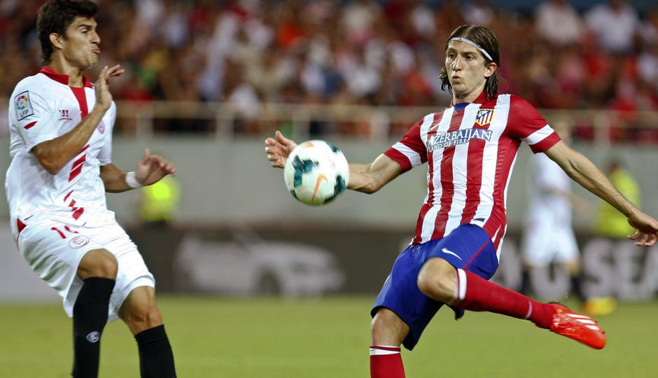 Temporada 13/14 Sevilla-Atlético de Madrid Filipe Luis despejando la pelota
